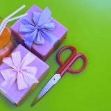 Плакат праздника сюрреализма кладет с подарками стекло в коробку milkshake яркая ая-зелен предпосылка Стоковое фото RF