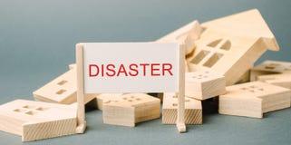 Плакат с бедствием надписи и упаденными деревянными домами Срочное опорожнение людей Ураган Шторм Огонь E стоковое фото
