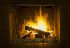 Пламена в деревянном горящем огне стоковые фото
