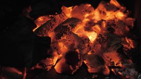 Пламена и красный гриль Аргентины тлеющих углей Подготовка огня и гриля для барбекю на ресторане Стейкхаус, говядина Кобе акции видеоматериалы