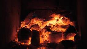 Пламена и красный гриль Аргентины тлеющих углей Подготовка огня и гриля для барбекю на ресторане Стейкхаус, говядина Кобе видеоматериал