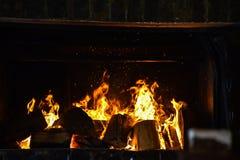 Пламена огня в зиме камина стоковое изображение