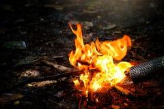 Пламена огня костра ночи дальше outdoors Человек кладет газ фольги Стоковое Изображение RF