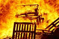 Пламена огня на костре Аварийная ситуация пожарного Сгорание опасности бесплатная иллюстрация