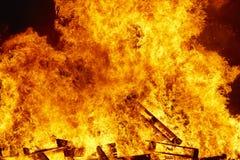 Пламена огня на костре Аварийная ситуация пожарного Сгорание опасности стоковое изображение