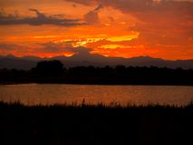 пламенеющее озеро над пиковым небом Стоковые Фото