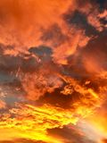 Пламенистое пасмурное небо захода солнца Стоковая Фотография RF