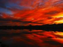 пламенистый красный заход солнца отражения Стоковая Фотография RF