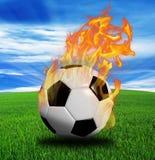 Пламенистый футбольный мяч на траве иллюстрация вектора