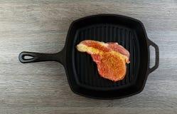 Пламя жаря прибор свежего протеина диеты стейка говядины T-косточки живущего современный Стоковая Фотография