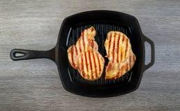 Пламя жаря прибор свежего протеина диеты стейка говядины T-косточки живущего современный Стоковое Фото