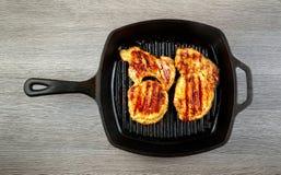 Пламя жаря прибор свежего протеина диеты стейка говядины T-косточки живущего современный Стоковые Фото