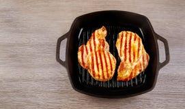 Пламя жаря прибор свежего протеина диеты стейка говядины T-косточки живущего современный Стоковые Фотографии RF