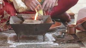Пламя крупного плана оранжевое горит в специальном церемониальном баке камина