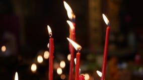 Пламя от гореть красные свечи в китайском родовом виске 4K видеоматериал