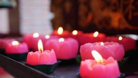 Пламя от гореть розовые свечи в китайском родовом виске 4K акции видеоматериалы