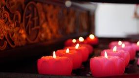 Пламя от гореть розовые свечи в китайском родовом виске 4K видеоматериал