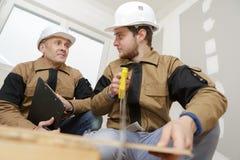 Планирование мастера и говорить в сотрудничестве во время встречи стоковое фото rf