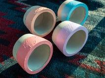 Плантаторы красочного круга геометрические Покрашенные конкретные баки для домашнего украшения стоковое фото