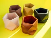 Плантаторы красочного пентагона геометрические конкретные Покрашенные конкретные баки для домашнего украшения стоковое изображение rf