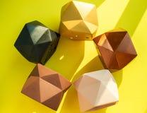 Плантаторы красочного пентагона геометрические Покрашенные конкретные плантаторы для домашнего украшения стоковое фото