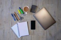 Планшетная съемка проекта с компьютером, телефоном, трудным приводом и канцелярскими принадлежностями стоковые изображения