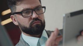 Планшет для работы и развлечений: человек занятый с платой видеоматериал