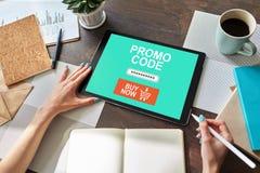 Планшет с полем кода promo на экране Электронная коммерция, мобильная выходя на рынок концепция стоковая фотография