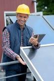 Планшет удерживания инженера панели солнечных батарей портрета стоковое фото