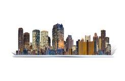 Планшет цифров с hologram здания Увеличенная технология реальности, умное нововведение города и технология строительства стоковое изображение