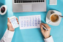 План-график маркировки бизнесмена на календаре используя планово-контрольный график Стоковые Изображения RF
