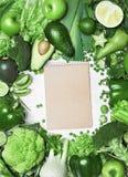 план диетпитания Крупный план зеленых овощей и тетради стоковое изображение