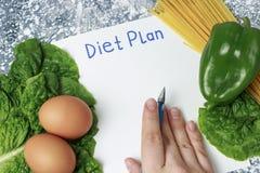 План диеты надписи на белом листе и здоровой еде, писать руку r стоковая фотография rf