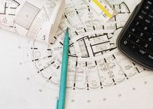 План дома, калькулятора, ручки на таблице Стоковая Фотография RF
