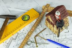 План здания конструировал здание на чертеже Проектировать и технический чертеж, часть архитектурноакустического проекта Конструкц Стоковые Фотографии RF