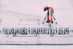 План здания с конструкцией слова на шариках и модельном работнике стоковые изображения