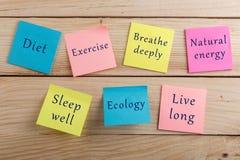План и мотивация диеты быть здоровой концепцией - много красочное липкое примечание с диетой слов, тренировкой, дышит глубоко, пр стоковая фотография