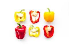 План красных и желтых сладостных кусков болгарского перца на белой картине взгляд сверху предпосылки Стоковое Изображение RF