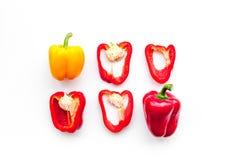 План красных и желтых сладостных кусков болгарского перца на белой картине взгляд сверху предпосылки Стоковые Фотографии RF