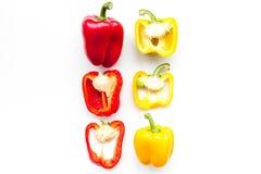 План красных и желтых сладостных кусков болгарского перца на белом космосе экземпляра картины взгляд сверху предпосылки Стоковые Изображения RF