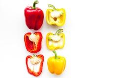 План красных и желтых сладостных кусков болгарского перца на белом космосе экземпляра картины взгляд сверху предпосылки Стоковая Фотография RF