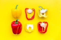 План красных и желтых сладостных кусков болгарского перца на желтой картине взгляд сверху предпосылки Стоковая Фотография