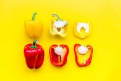 План красных и желтых сладостных кусков болгарского перца на желтой картине взгляд сверху предпосылки Стоковые Фотографии RF