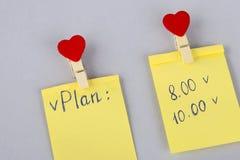 План на день лист бумаги на холодильнике Желтое примечание на холодильнике Напоминание чистого листа бумаги планировать деловую в стоковые фото