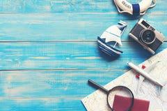План перемещения Перемещение лета отключения планирования путешественника на пляже с аксессуарами ` s путешественника, ретро каме Стоковое Изображение RF