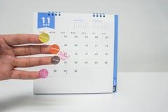 План предпринимателя и встреча и назначение метки на календаре в ноябре стоковые фотографии rf