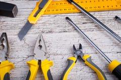 План различных инструментов конструкции желтых и черных цветов над взглядом Стоковое Изображение RF
