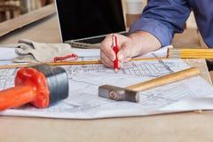 План строительства и инструменты на верстаке Стоковое фото RF