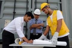 План строительства сочинительства команды инженера на бумаге Стоковая Фотография