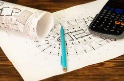 План, схема, карандаш и калькулятор на таблице Стоковые Фотографии RF